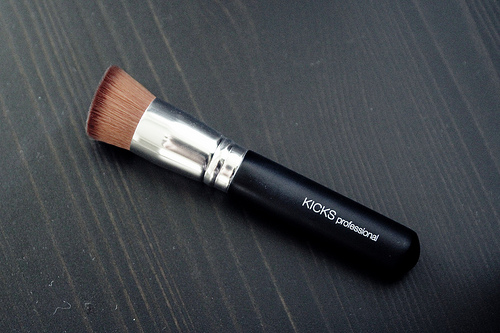 kicks bb cream brush